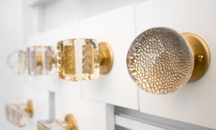 Combining textured bronze and glass is a special savoir-faire